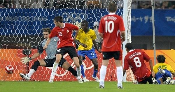 Diego strzela trzecią bramkę dla Brazylii /AFP