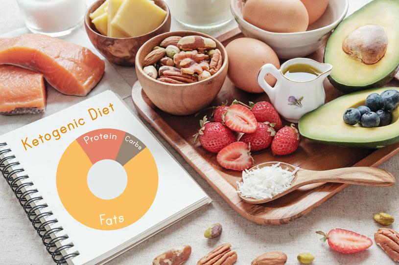 Dieta ketogeniczna wiąże się z szybką redukcją masy ciała /123RF/PICSEL