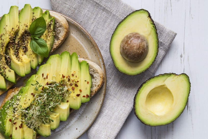 Dietę przy Hashimoto warto wzbogacić o awokado. Poza zdrowymi tłuszczami, awokado zawiera polifenole i flawonoidy, które wykazują działanie przeciwzapalne /materiały promocyjne