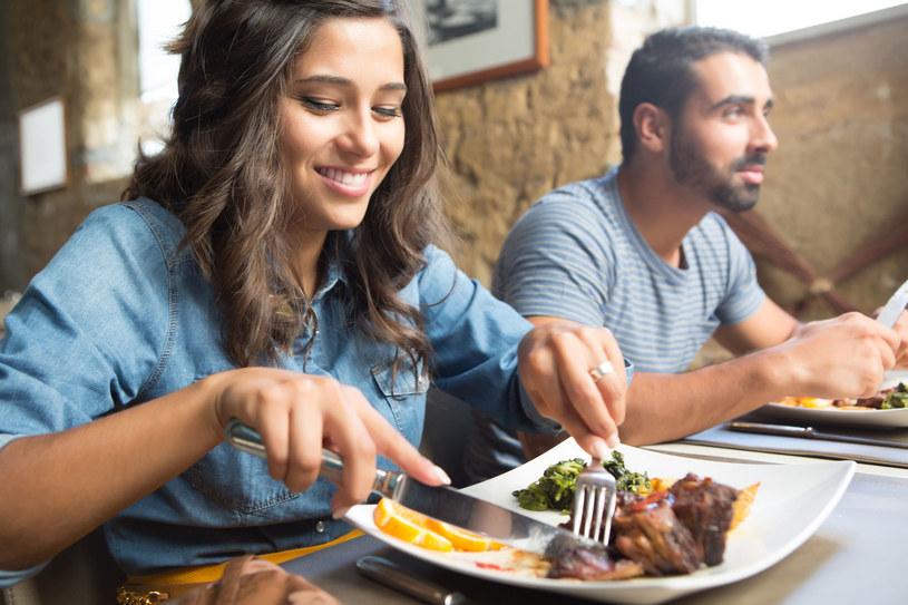 Dietetycy są zgodni: Nie warto rezygnować z kolacji! /123RF/PICSEL