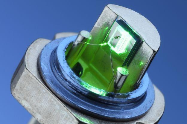 Dioda laserowa firmy Osram emituje zielone światło w sposób bezpośredni /HeiseOnline