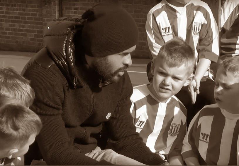 Dionatan Teixeira propagował wf w szkole w Stoke, przed lekcją wręczył dzieciom biało-czerwone koszulki Stoke City. /INTERIA.PL