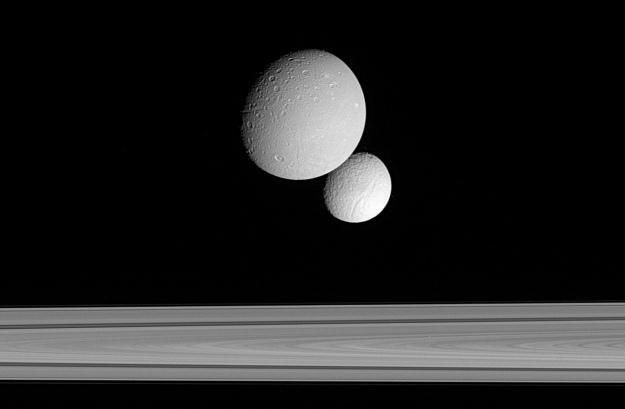 Dione i Tethys - księżyce Saturna nad jego pierścieniem /Internet