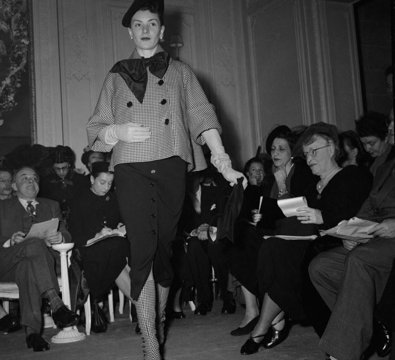 Dior jako jeden z pierwszych projektantów pozwolił fotografom udokumentować zaprezentowaną na pokazie kolekcję /East News