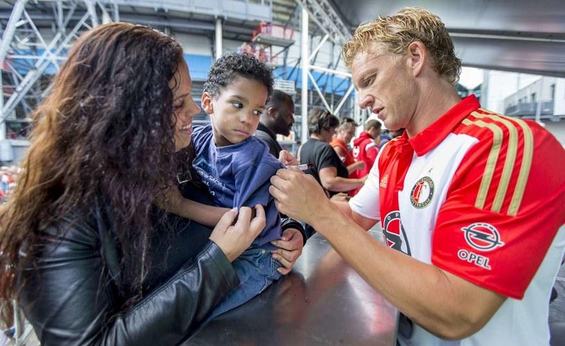 Dirk Kuyt rozdaje autografy /AFP