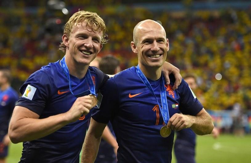 Dirk Kuyt (z lewej) i Arjen Robben z brązowymi medalami MŚ 2014 /AFP