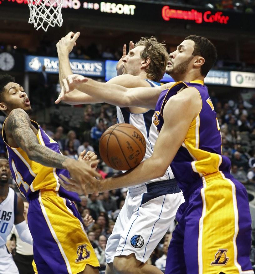 Dirk Nowitzki (w środku) w meczu z Los Angeles Lakers /PAP/EPA