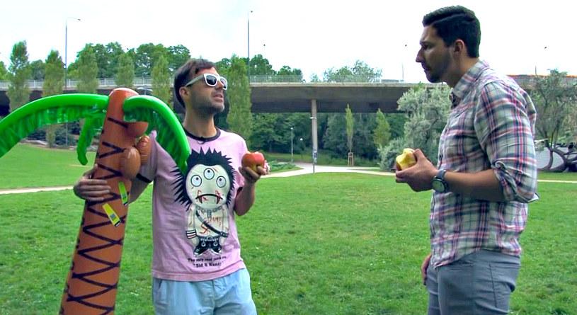 DJ Adamus nie znalazł jeszcze wymarzonej partii politycznej, ale chętnie je jabłka na złość Putinowi /YouTube