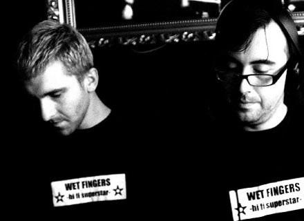 DJ Adamus (z prawej) współtworzy duet Wet Fingers /Music 001 Records