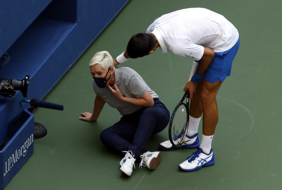 Djokovic podbiegł do sędzi, by sprawdzić, czy nic się jej nie stało /JASON SZENES    /PAP/EPA