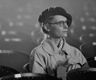 """Dla Agaty Buzek spotkanie z Krystyną Jandą i Anną Polony było wielkim przeżyciem i było inspirujące. """"To duże wyzwanie! Muszę się sprężać"""" - mówiła aktorka w trakcie zdjęć.  """"Ogląda się ten film z lekkim niedowierzaniem. Tak błyskotliwego, inteligentnego, żywego, bezpretensjonalnego i zabawnego kina rodzima kinematografia jeszcze nie widziała. Do tego """"Rewers"""" sprawia wrażenie dzieła całkowicie kompletnego, jego warsztatowa maestria widoczna jest bowiem w każdym elemencie filmowego rzemiosła. Zdaje się, że ten film nie ma po prostu słabych punktów"""" - pisał w swej recenzji Tomasz Bielenia.  Krytycy francuscy ganili jednak reżysera za nadmiar popisów stylistycznych, które - ich zdaniem - szkodzą  filmowi. """"Borys Lankosz jest zdolny, ale powinien jeszcze udowodnić, że potrafi przezwyciężyć tę manierę"""" - pisał recenzent """"Le Monde"""". """"Film nie jest porywający. Wynika to zbyt ciężkawego scenariusza"""" - dodawał tygodnik """"Le Nouvel Observateur""""."""