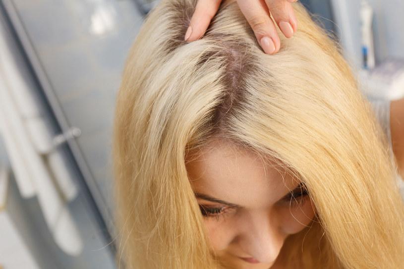 Dla blondynek sprawdzi się trik z wodą utlenioną /123RF/PICSEL