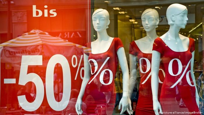 Dla branży odzieżowej otwarcie sklepów wcale nie oznacza końca koronakryzysu /Deutsche Welle