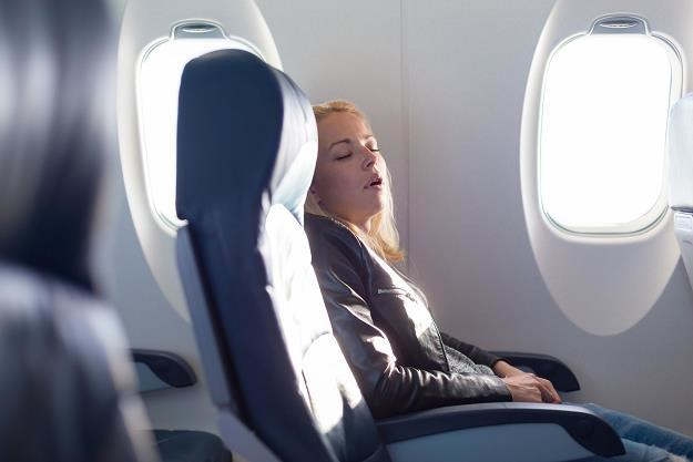 Dla jednych lot samolotem to ogromna przyjemność, dla innych nieopisany stres /©123RF/PICSEL