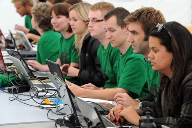 Dla ludzi młodych internet w pracy to ważny i konieczny element /AFP