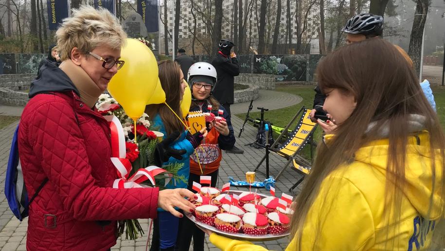 """Dla mieszkańców Sulejówka i turystów mieliśmy biało-czerwone """"niepodległościówki"""" z nadzieniem z polskich jabłek! /Marek Suder /RMF FM"""