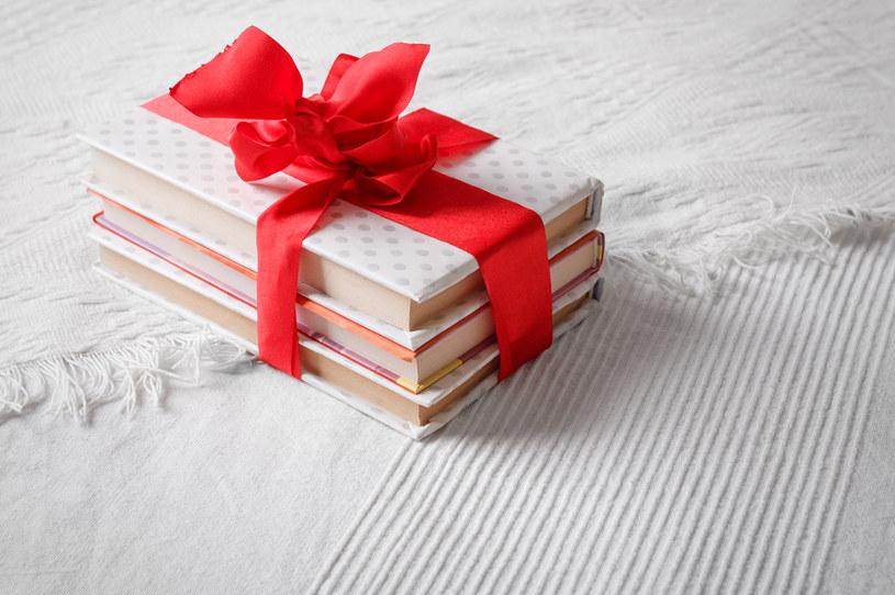 Dla miłośniczek czytania idealnym prezentem będzie książka /123RF/PICSEL