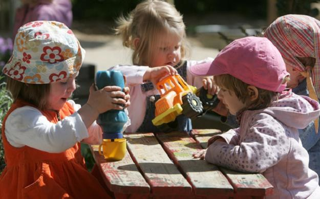 Dla młodszych dzieci miejsc w przedszkolach będzie jeszcze mniej niż przed rokiem /AFP
