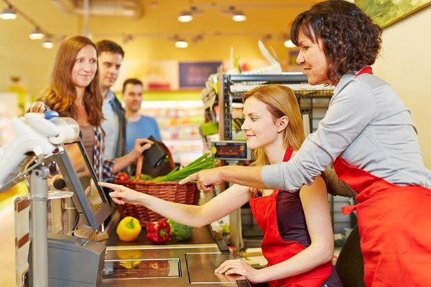 Dla niemal co drugiej osoby stanie w kolejkach do kas to najbardziej frustrujący element zakupów /©123RF/PICSEL