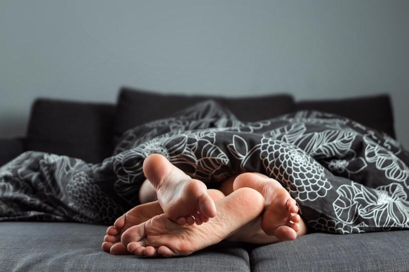 Dla panów dużo większe znaczenie w sypialni ma pewność siebie partnerki. Gdy kobieta akceptuje swoje ciało takim, jakim jest, od razu staje się w ich oczach bardziej atrakcyjna /123RF/PICSEL