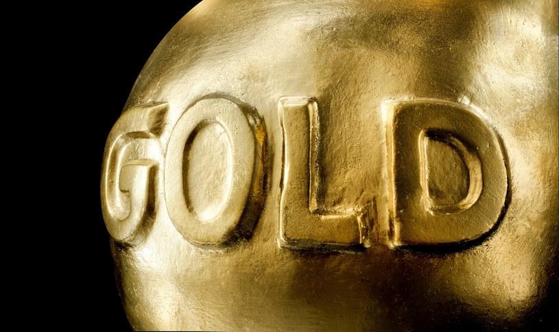 Dla polskich inwestorów złoto stało się tym bardziej atrakcyjne ze względu na osłabianie się złotówki /123RF/PICSEL