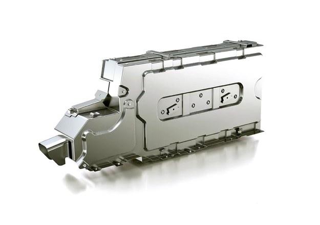 Dla Priusa+ opracowano akumulatory litowo-jonowe. Umieszczono je pomiędzy przednimi fotelami, by w bagażniku dało się zamontować dwa siedzenia. Akumulatory ważą 34 kg (o 8 kg mniej niż w Priusie). /Toyota