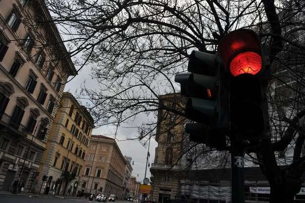 Dla samochodów ma zaświecić się czerwone światło /AFP