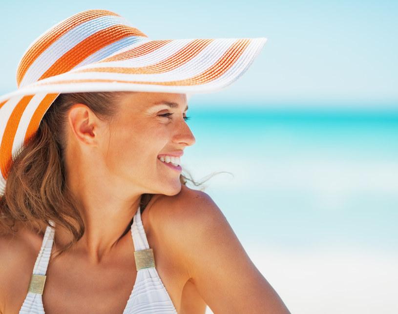 Dla wielu osób opalanie jest nieodłącznym elementem lata. Podczas takiej przyjemności warto pamiętać, że promieniowanie słoneczne powoduje uszkodzenia skóry niewidoczne dla oka /Styl.pl/materiały prasowe