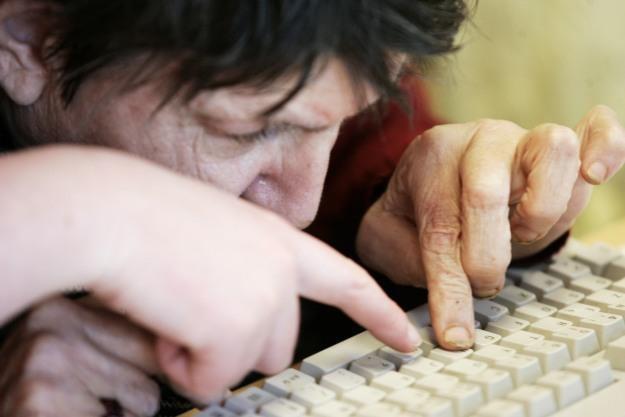 Dla wielu seniorów komputer i internet to wciąż wielka zagadka /AFP