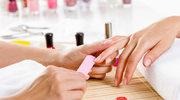 Dlaczego akrylowe paznokcie zmieniły zabarwienie?