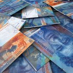 Dlaczego bankom może opłacać się przewalutować kredyty frankowe?