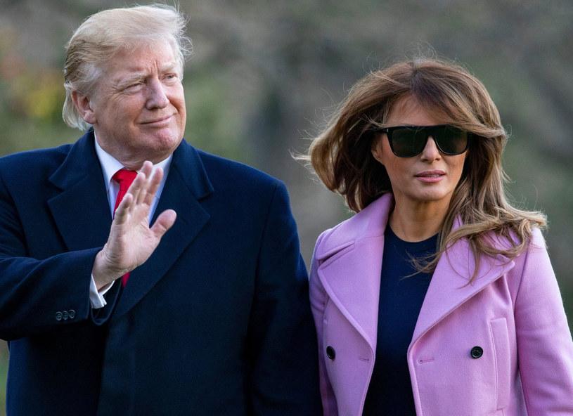 Dlaczego Melania Trump ukrywa tak często oczy za okularami? To zapewne też jej sposób przeciwdziałania błyskom fleszy i ochrony przed presją mediów /East News