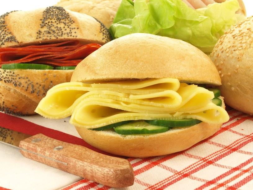 Dlaczego nie należy zagryzać antybiotyku kanapką z serem? /123RF/PICSEL