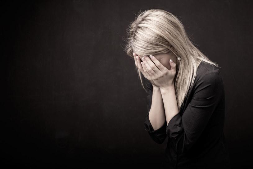 Dlaczego Polacy to smutni, narzekający na wszystko ludzie? /123RF/PICSEL