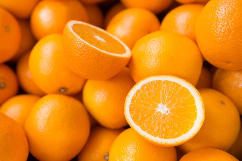 Dlaczego pomarańcze są tak sycące? /123RF/PICSEL