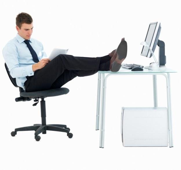 Dlaczego przed komputerem przyjmujemy zazwyczaj pochyloną, zgarbioną sylwetkę? /© Panthermedia