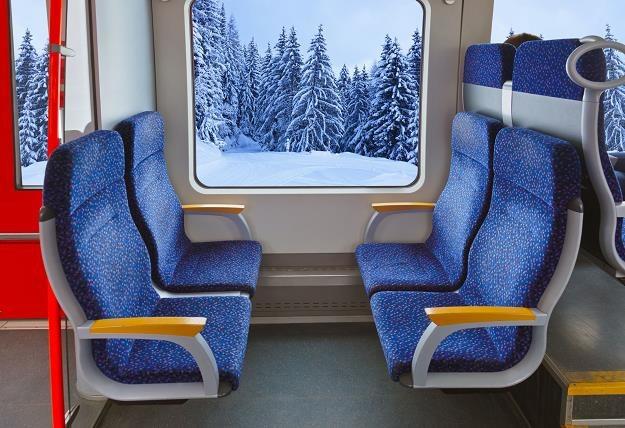 Dlaczego w wagonach bez przedziałów w polskich kolejach fotele są numerowane nie po kolei? /©123RF/PICSEL