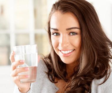 Dlaczego warto pić wodę z samego rana?