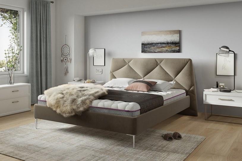 Dlatego sypialnia w stylu scandi boho powinna być pomieszczeniem, w którym królują biele, kolory zbóż, delikatne błękity i jasne brązy /materiały prasowe
