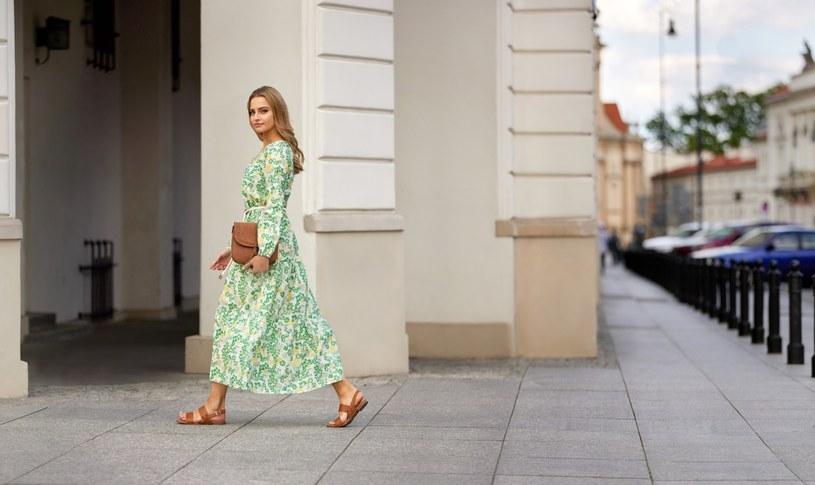 Długa zwiewna sukienka w kwiaty stanowi must have tego lata /materiały prasowe