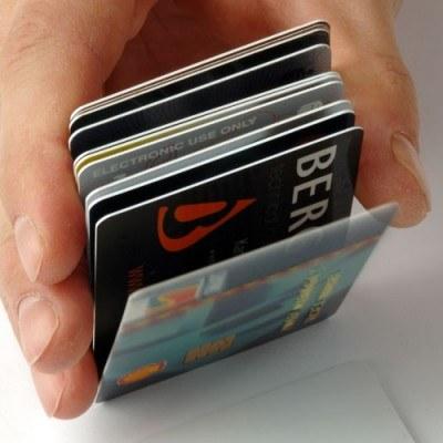 Długi związane z kartami kredytowymi zmniejszyły się w lutym o 7 mln zł /© Bauer