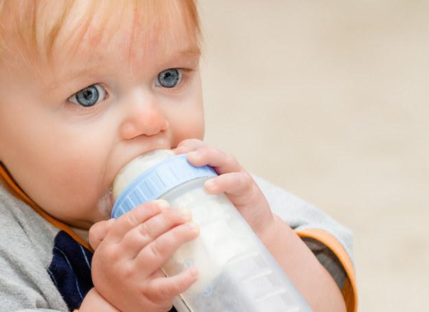 Długie karmienie butelką powoduje wady wymowy? /123RF/PICSEL