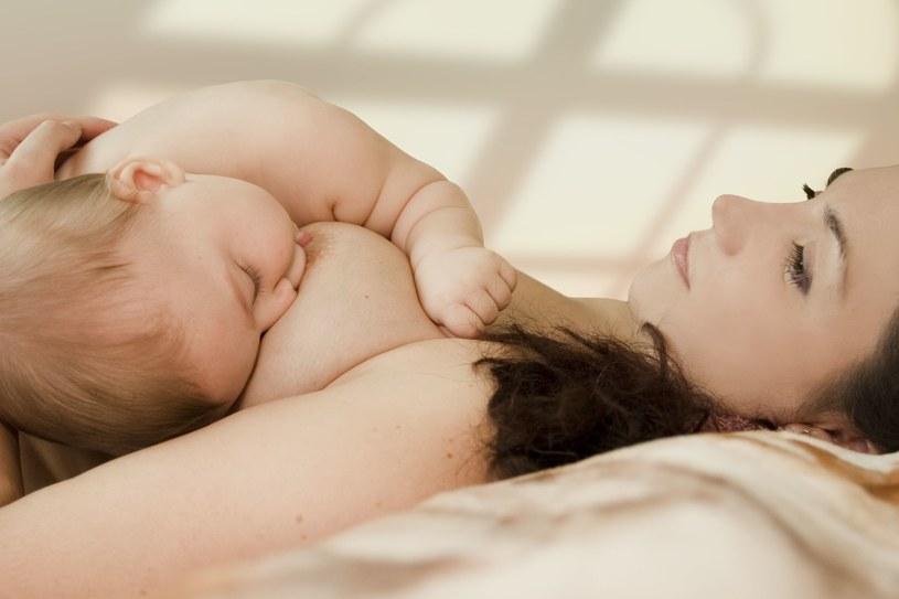 Długie karmienie tylko piersią może sopwodować zaburzenia niedoboru witamin i żelaza. /123RF/PICSEL