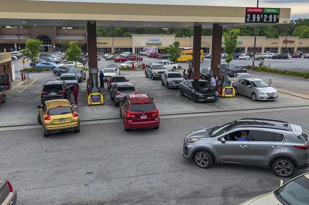 Długie kolejki kierowców na stacji benzynowej w Georgii w USA /ERIK S. LESSER /PAP/EPA