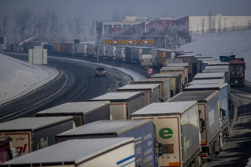 Długie kolumny ciężarówek na granicy z Niemcami /Martin Divisek /PAP/EPA