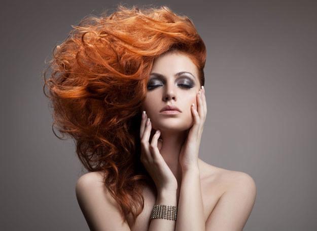 Długie kręcone włosy zawsze wyglądają elegancko i zmysłowo /123RF/PICSEL