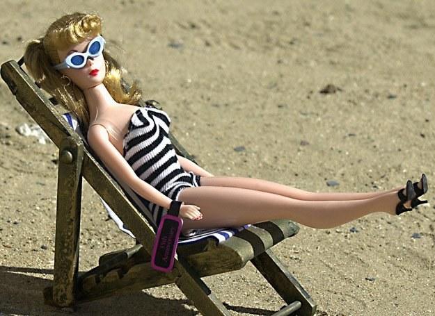Długie nogi, duży biust i wąska talia... cała Barbie /AFP