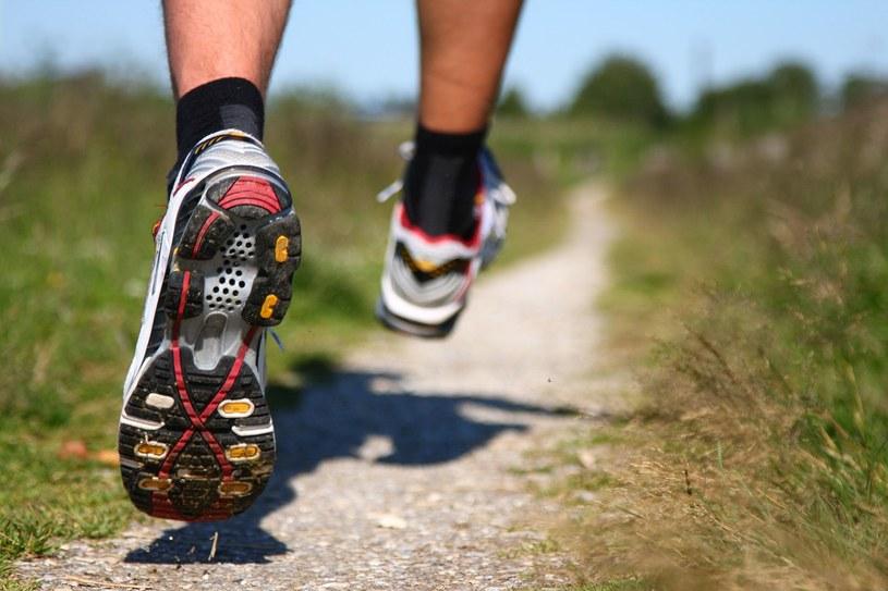Długie spacery lub bieganie wpływają bardzo korzystnie na pracę mózgu /123RF/PICSEL