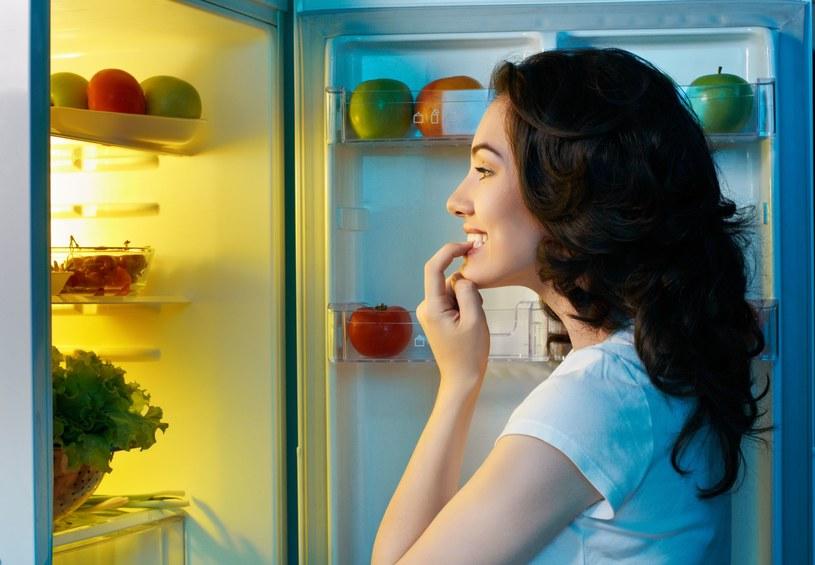 Długo zalegające, psujące się w lodówce jedzenie, generuje rozmnażanie się szkodliwych bakterii oraz mikroorganizmów /123RF/PICSEL
