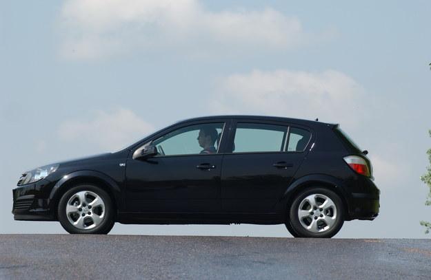 Długość Astry III 5D – 429 cm, szerokość – 175 cm, wysokość 146 cm. Rozstaw osi: 262 cm. Wersje sedan i kombi mają rozstaw osi wydłużony do 271 cm. Pod tym względem Astra góruje nad Golfem. /Motor